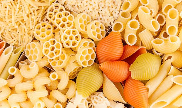 Differenti tipi di pasta e di condimenti